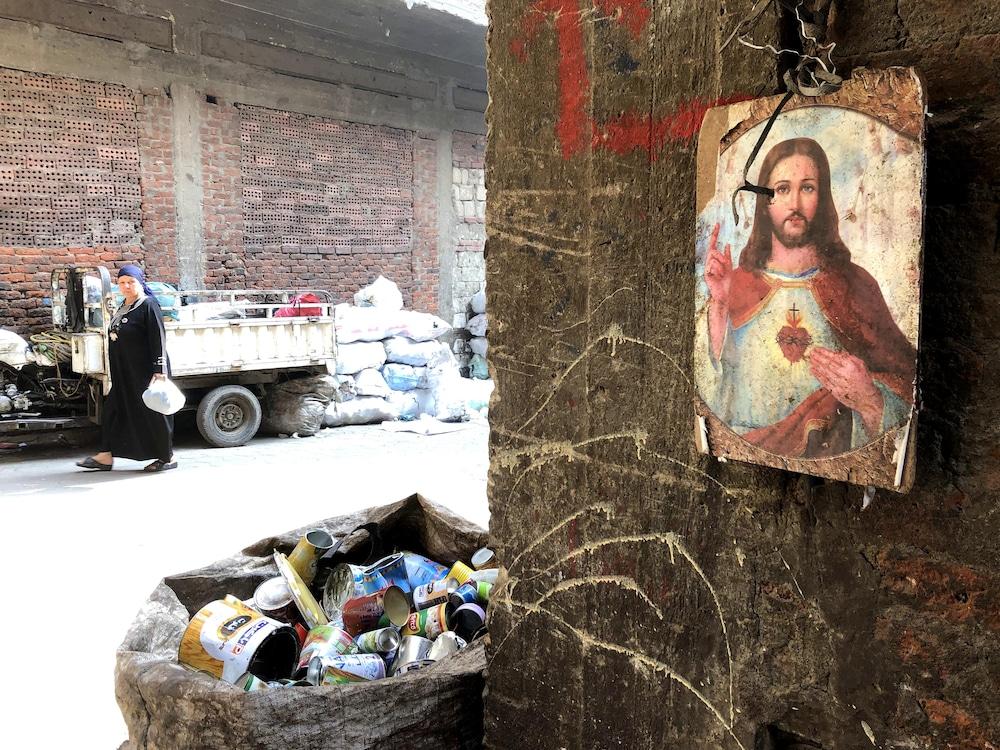 Les portraits de Jésus-Christ sont nombreux dans la cité-ordures de Manshiyat Nasser.
