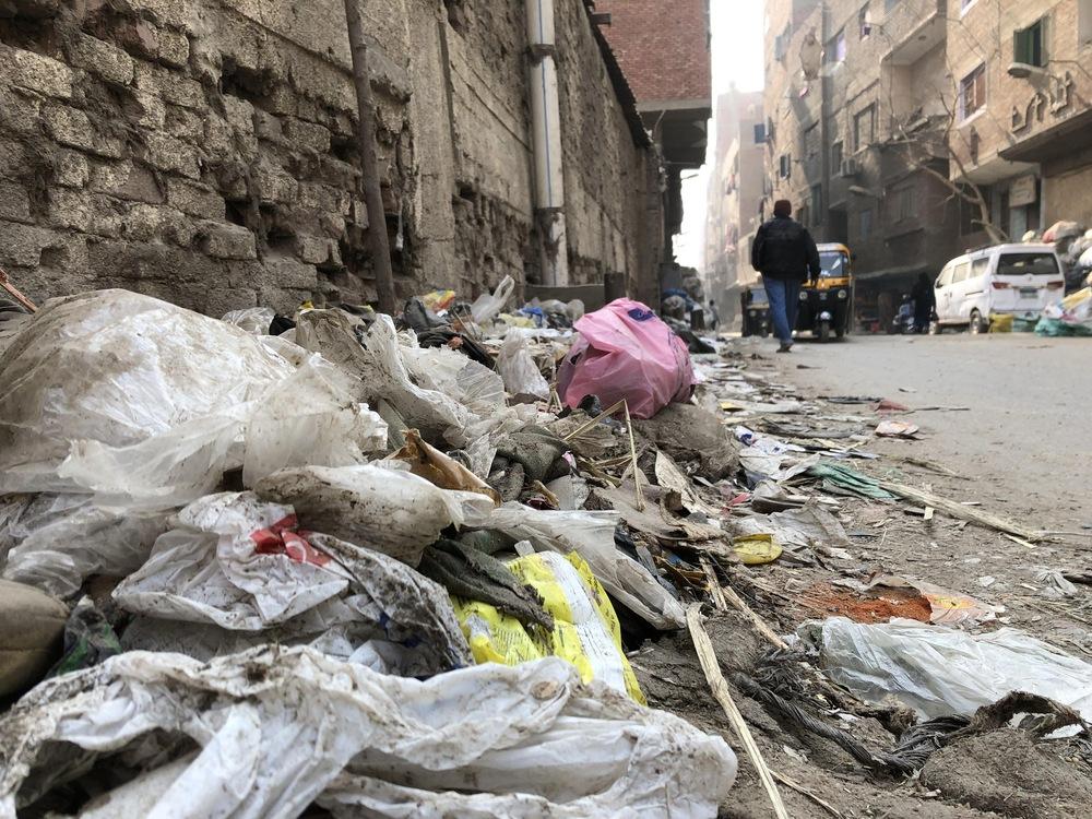 Une rue encombrée de détritus dans Manshiyat Nasser.