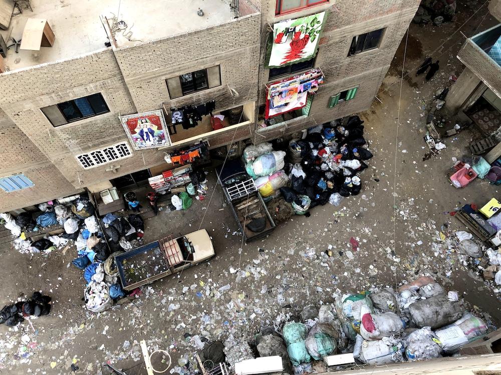 Une ruelle de Manshiyat Nasser encombrée d'ordures.