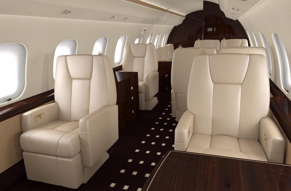 Les sièges sont recouverts de cuir beige.