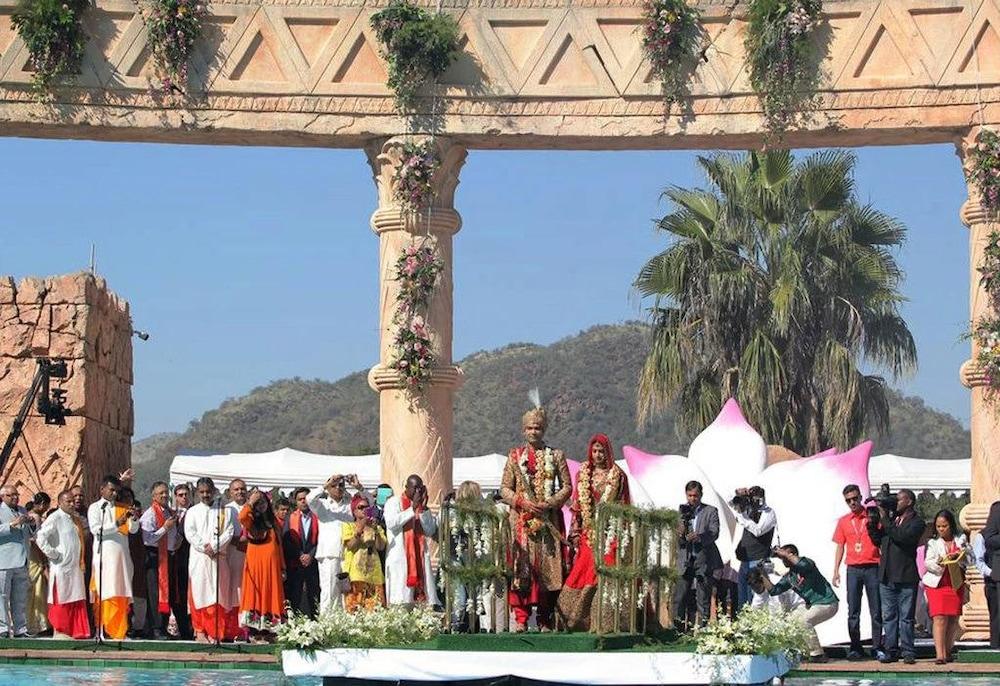 La foule regarde les mariés sur une plateforme flottante.