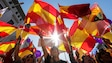 Des gens brandissent des drapeaux de l'Espagne lors d'une manifestation contre l'indépendance, à Barcelone.