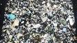 Dans un cadre, on voit des centaines de déchets de plastiques collés ensemble de façon à faire une sorte d'oeuvre d'art qui conscientise.
