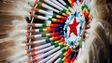 Une coiffe de plumes autochtone