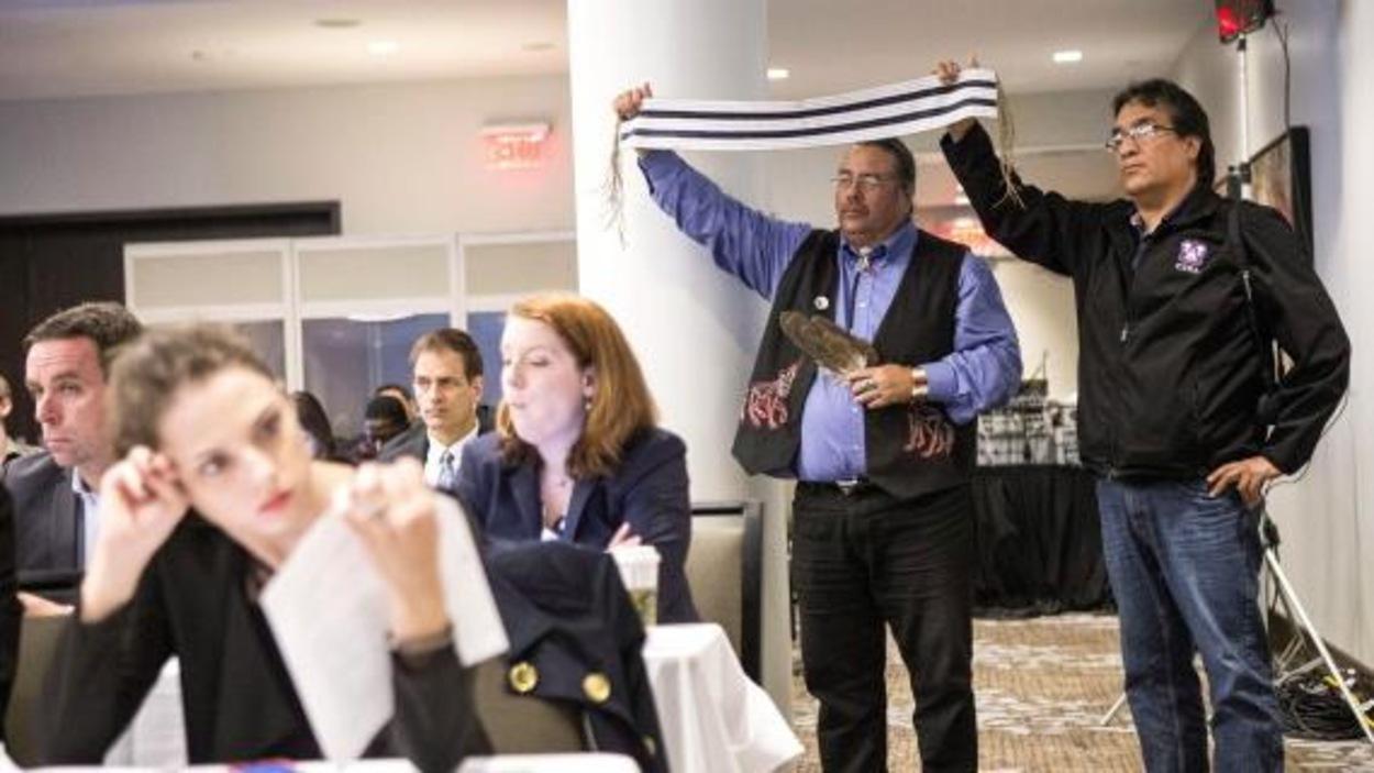 Des membres du conseil de bande de la Première Nation des Chippewas de la Thames exposent un wampum à deux voies lors des audiences de l'Office National de l'Énergie concernant la demande d'Enbridge de renverser le flux de l'oléoduc 9B. Toronto, 2013.
