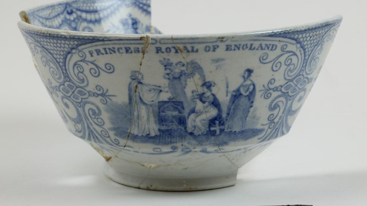 Une pièce de vaisselle de porcelaine ancienne sur laquelle il est écrit Princess Royal of England