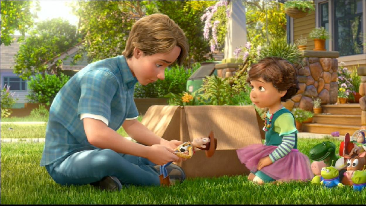 Un jeune homme donne ses jouets à une petite fille