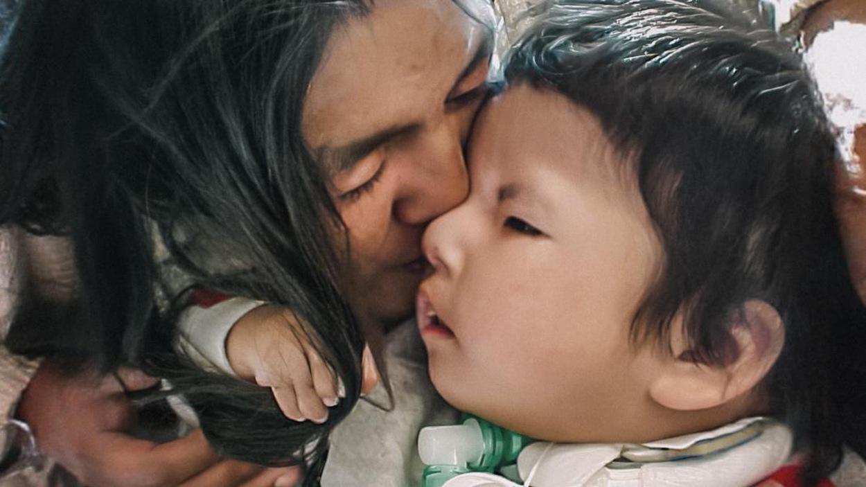 Image du film Jordan River Anderson, The Messenger où une femme embrasse un bébé.
