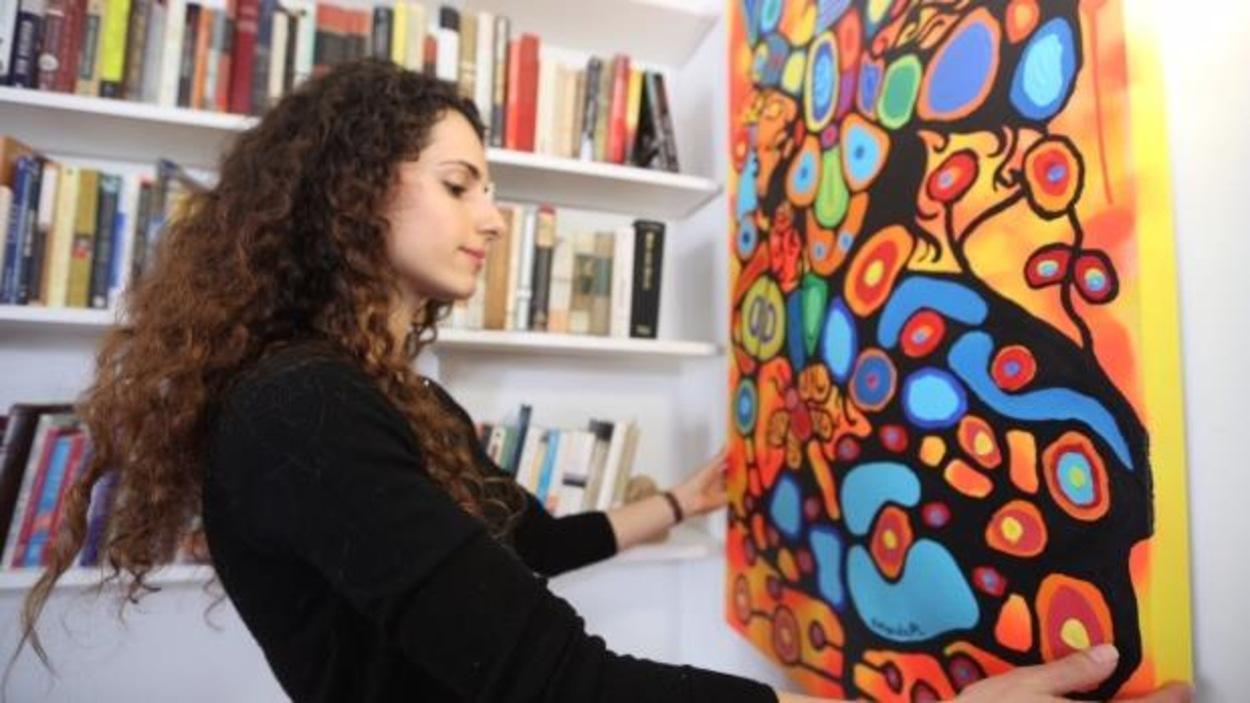 L'artiste non-autochtone Amanda PL dit s'inspirer du style Woodlands, développé par Norval Morrisseau.