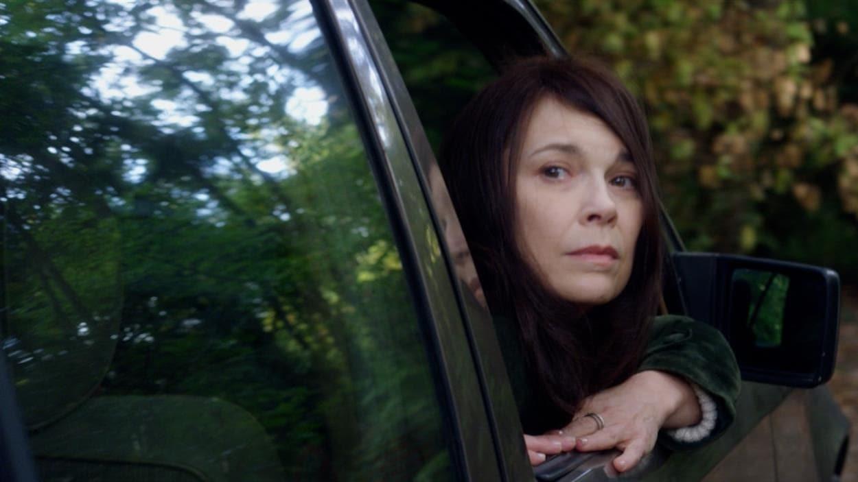 Anne Dorval assise dans une voiture, dans le film français Réparer les vivants de Katell Quillévéré.