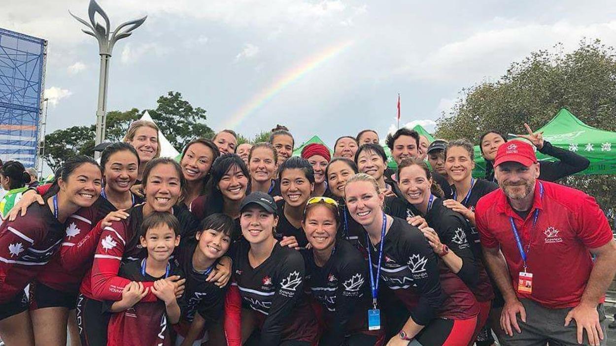 Karine Maltais et son équipe de bateau-dragon après la victoire au 500 m lors du Championnats du monde de bateau-dragon, à Kunming.