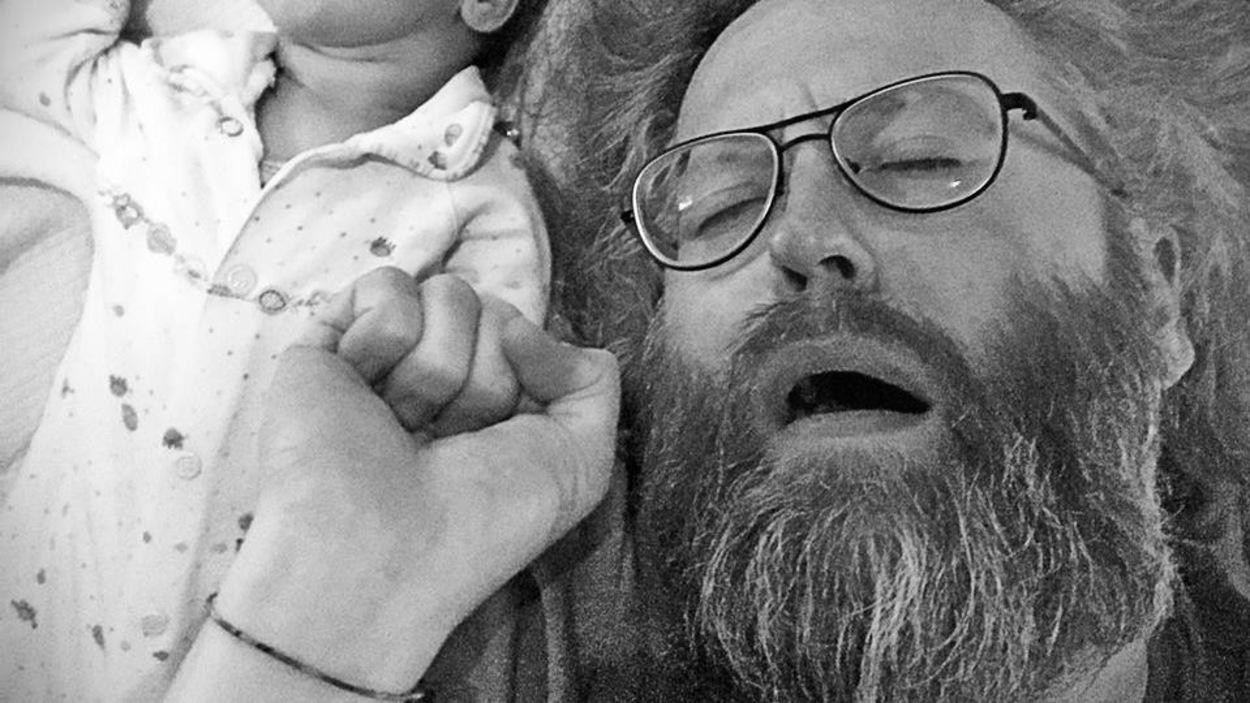 L'humoriste François Bellefeuille avec sa petite fille