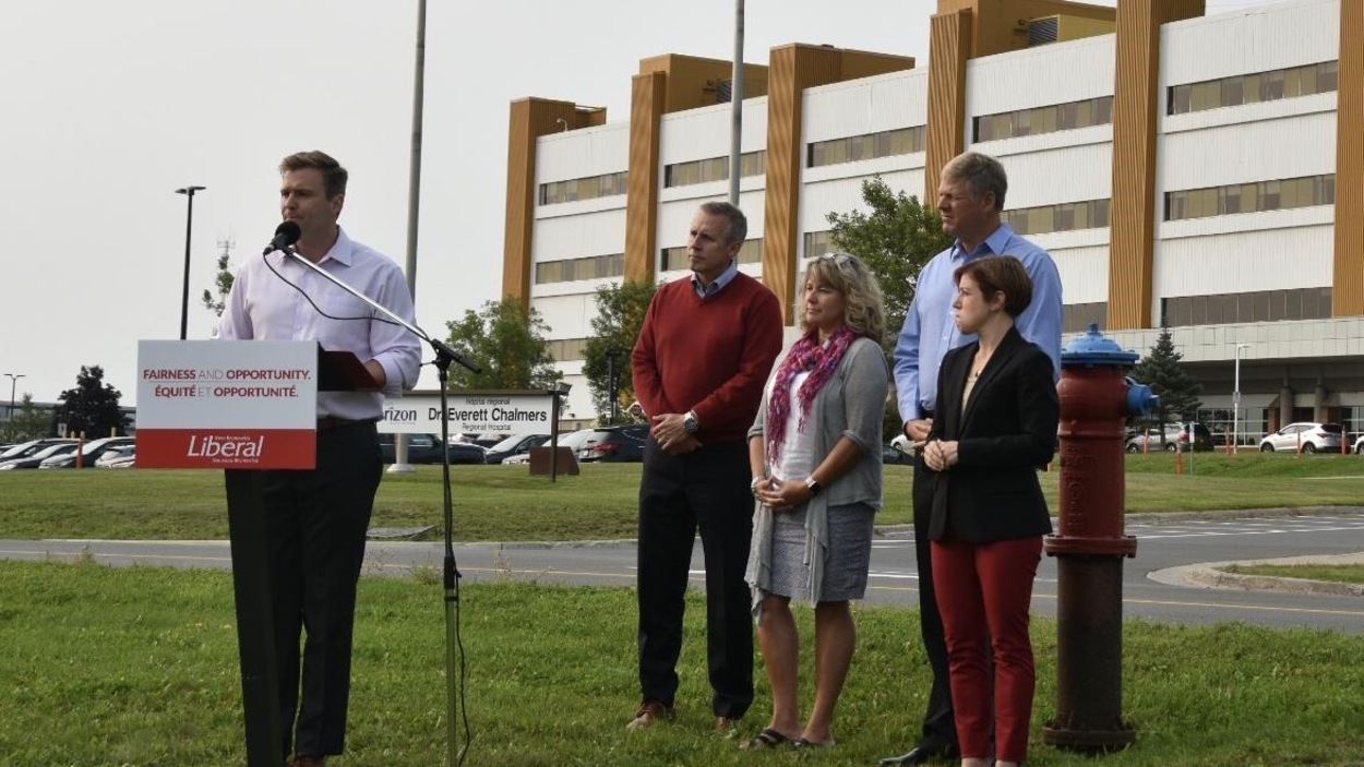 Brian Gallant fait une annonce devant l'hôpital de Fredericton.