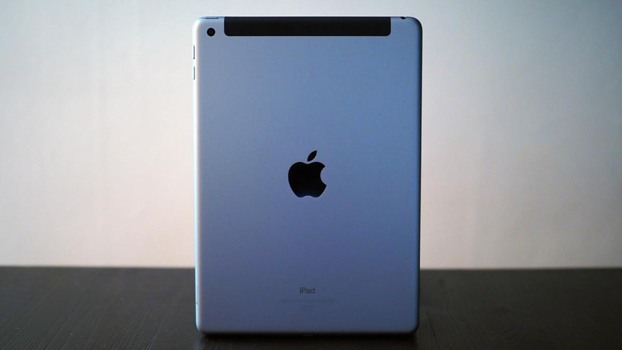 Le nouvel iPad de 9,7 pouces (2017) vu de dos.