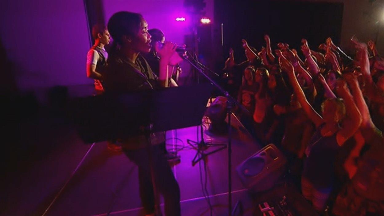 Des musiciens et leur public pendant la Chicane albertaine