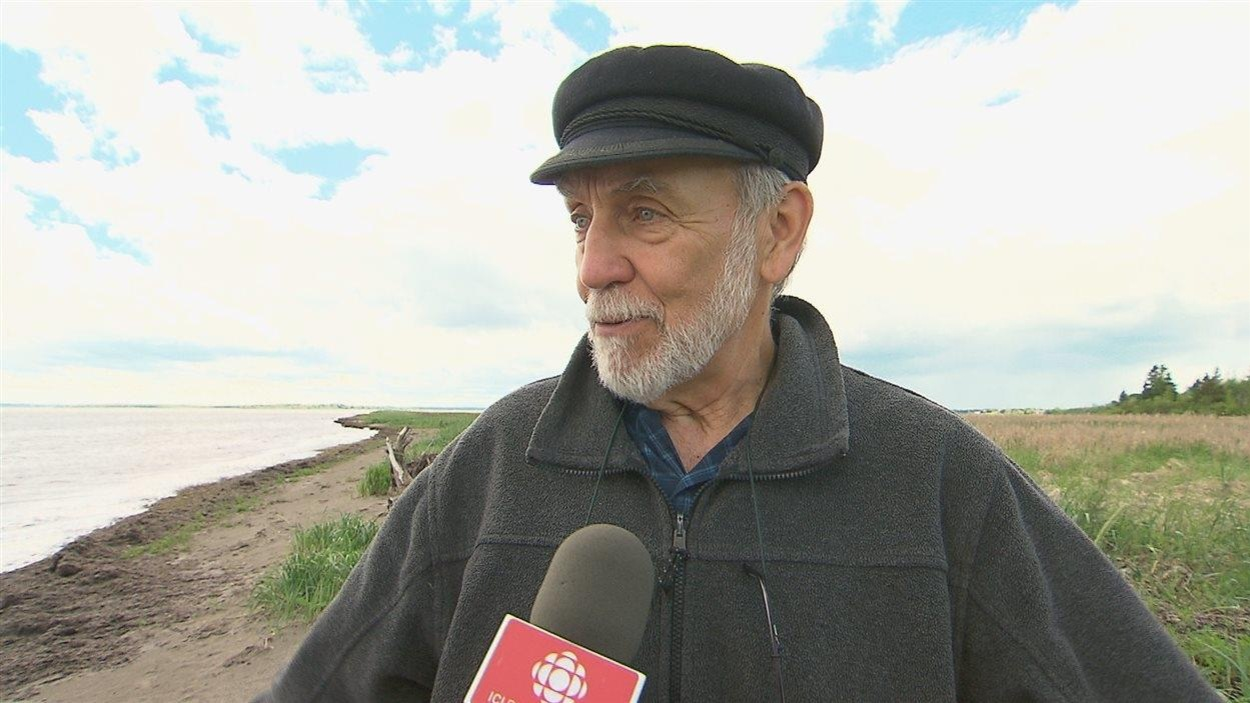 Omer Chouinard sur une plage