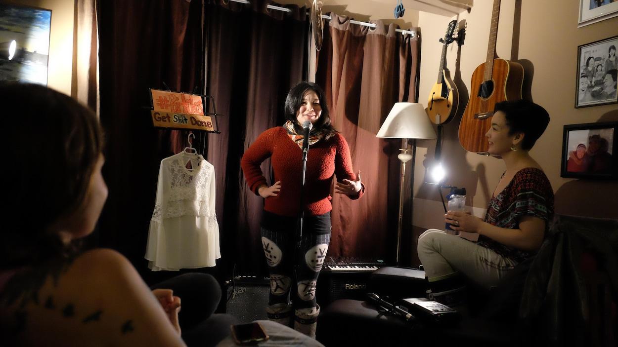 Ipik Friesen raconte des blagues lors d'une soirée underground pour femmes à Iqaluit sous le regard amusé de sa soeur Angnakuluk Friesen.
