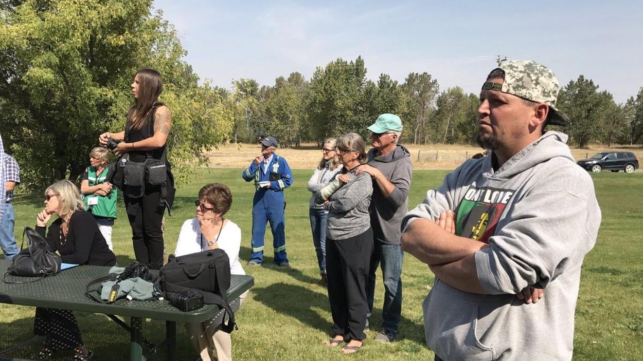 Des évacués assistent à la conférence de presse sur les feux