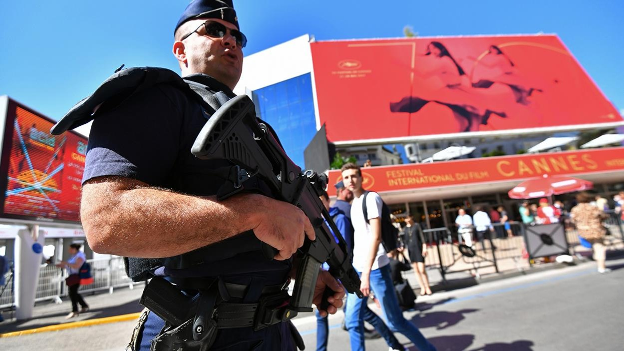 Un policier monte la garde devant le Palais des Festivals à Cannes