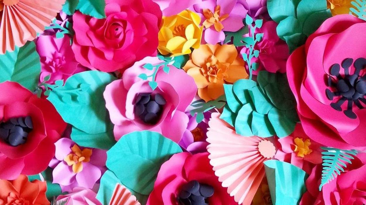 Des fleurs en papier multicolores