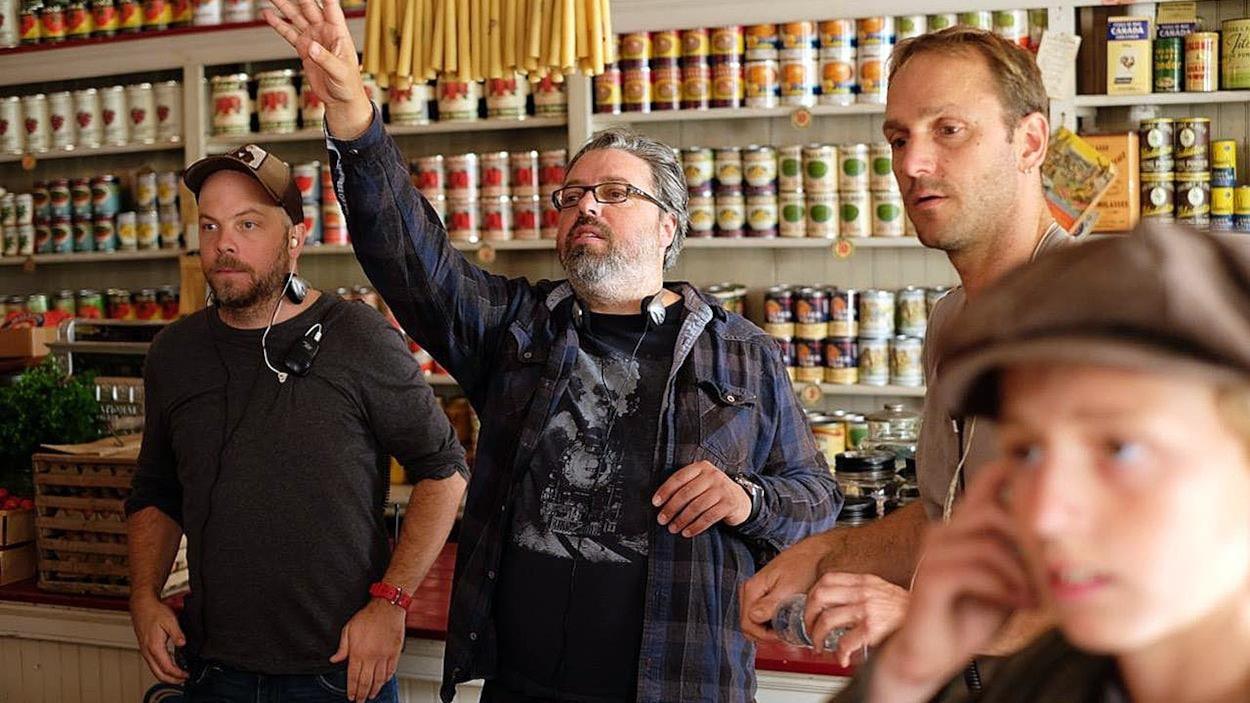 Francis Leclerc (deuxième à partir de la gauche) sur le plateau de tournage de « Pieds nus dans l'aube)