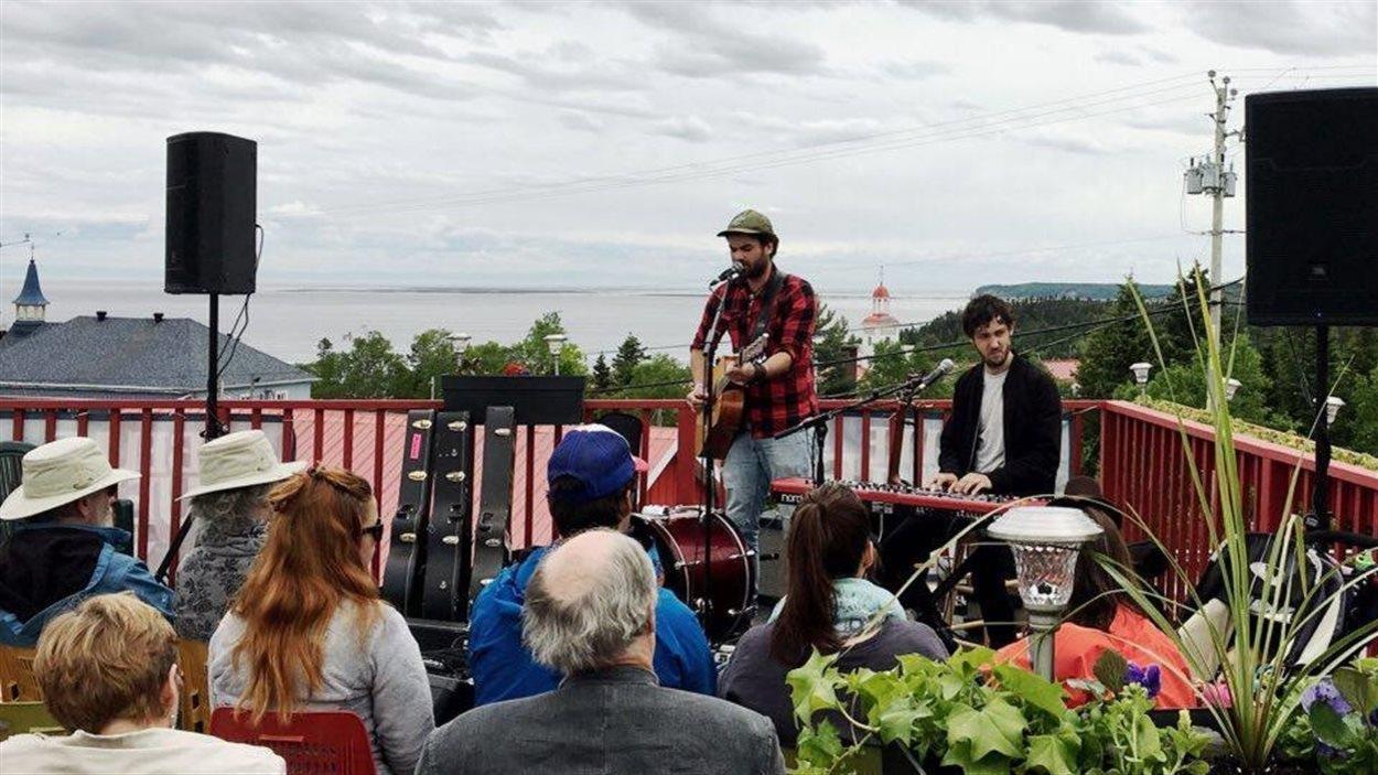 Les artistes Fred Labrie et Eric Charland en prestation sur une terrasse au Festival de la chanson de Tadoussac