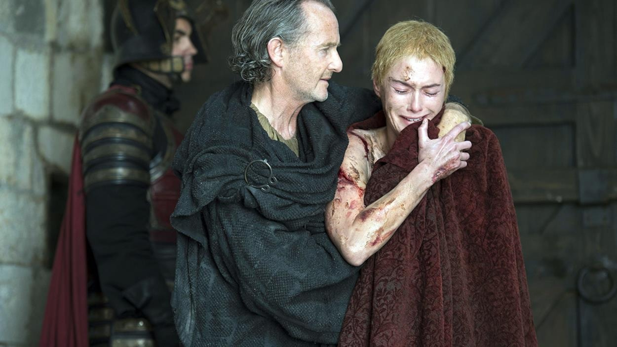 Anton Lesser (Qyburn) et Lena Headey (Cersei Lannister) dans « Game of Thrones »