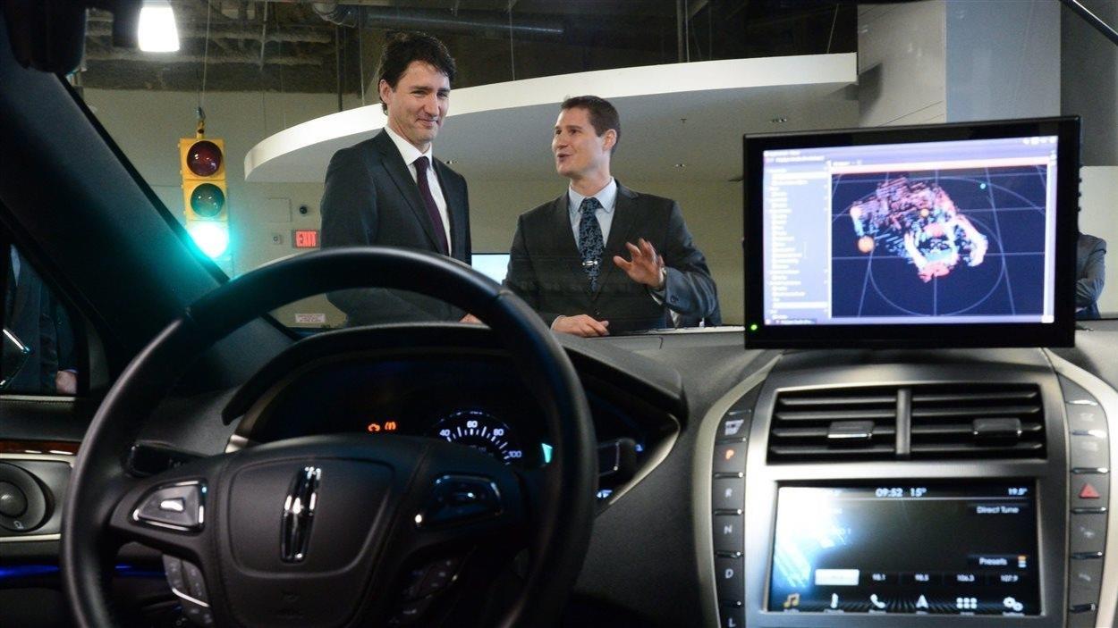 Sheridan Ethier et Justin Trudeau devant une voiture sans conducteur