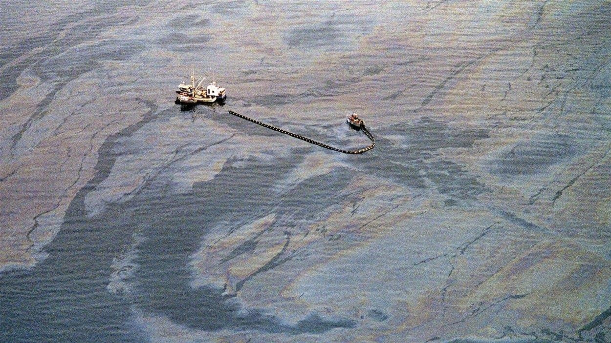 Opération de récupération du pétrole en mer dans le détroit du Prince William, une semaine après le déversement de l'Exxon Valdez.