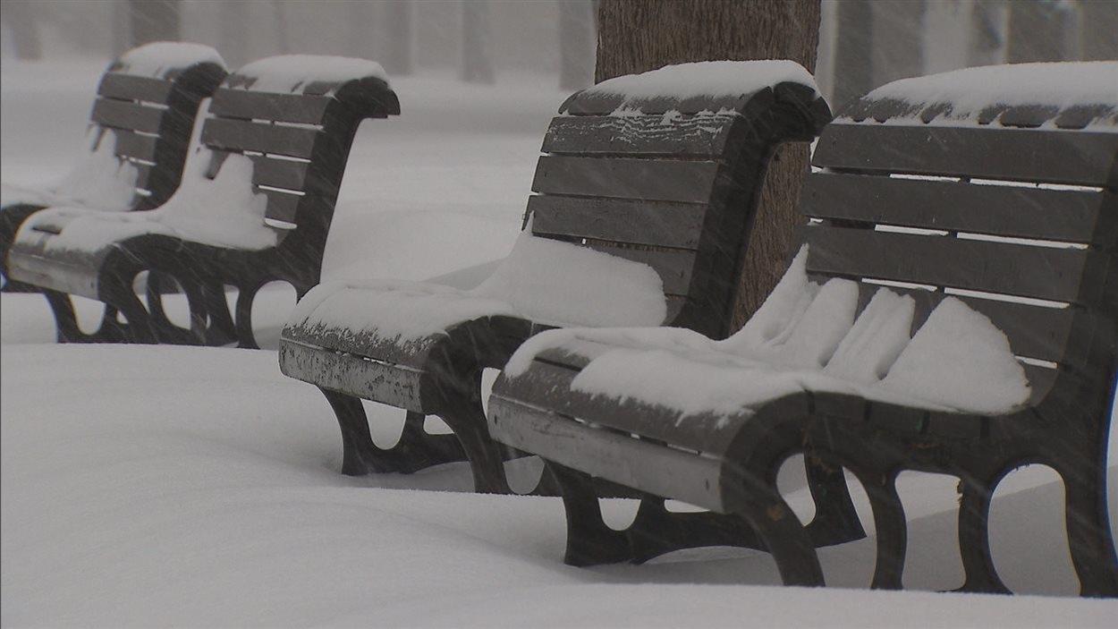 Un banc sous la neige à Montréal