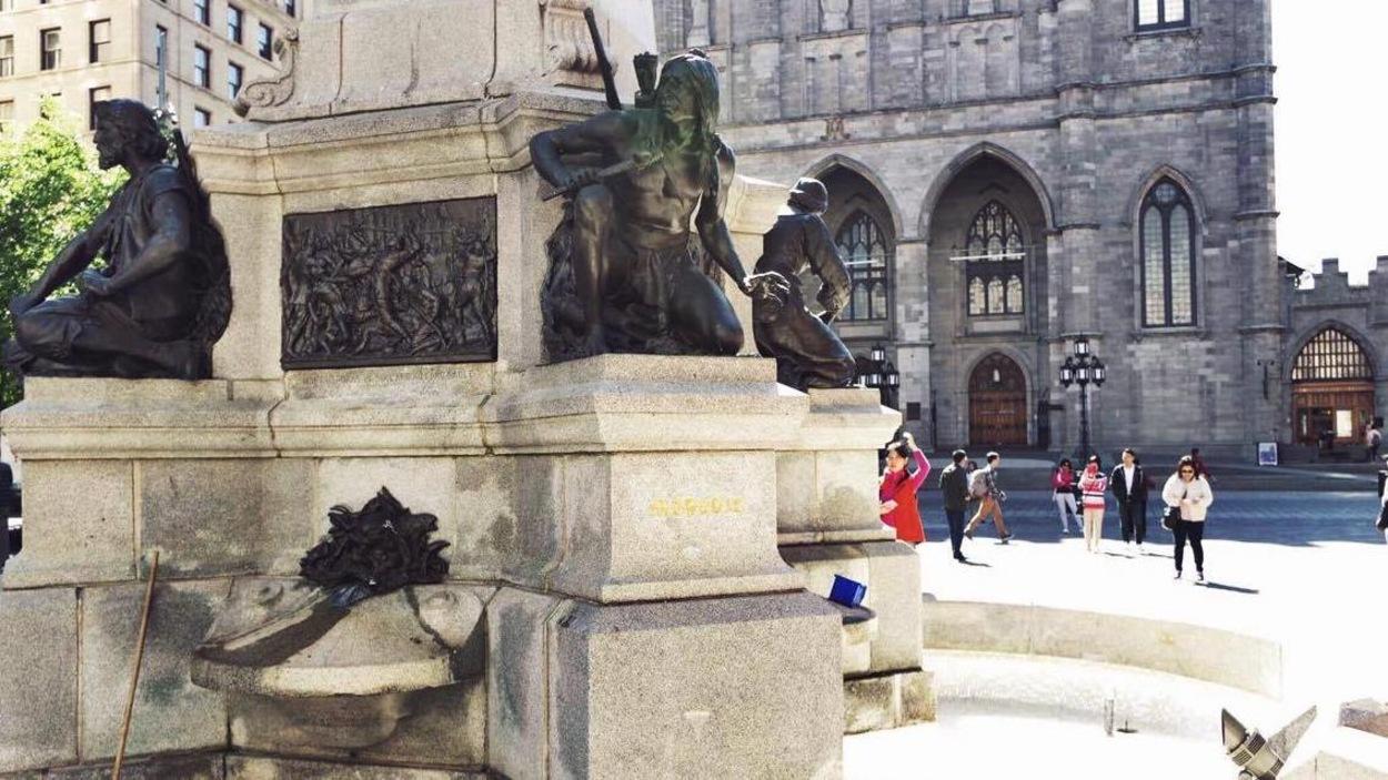 Une statue devant la basilique Notre-Dame