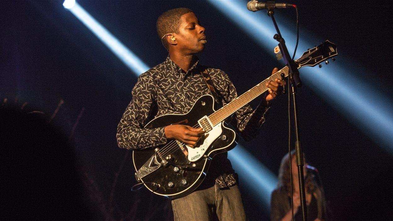 Le chanteur Karim Ouellet s'exécute à la guitare au Métropolis de Montréal le 17 juin 2016 durant les FrancoFolies.
