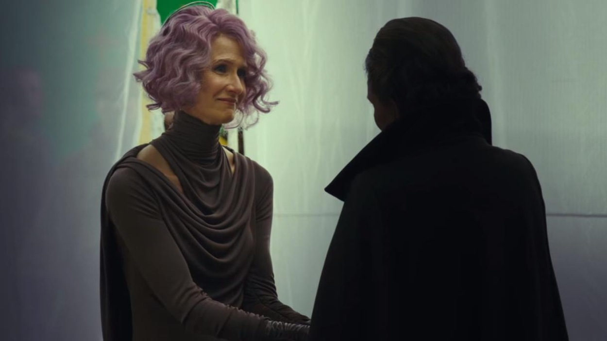 L'actrice Laura Dern tient la main de Carrie Fisher dans une scène de «Star Wars : les derniers Jedi».