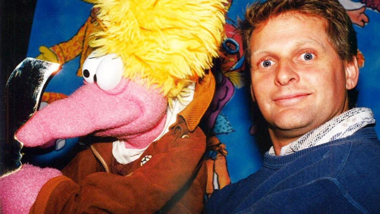 Le marionnettiste Michel Ledoux en compagnie de la marionnette Graziella