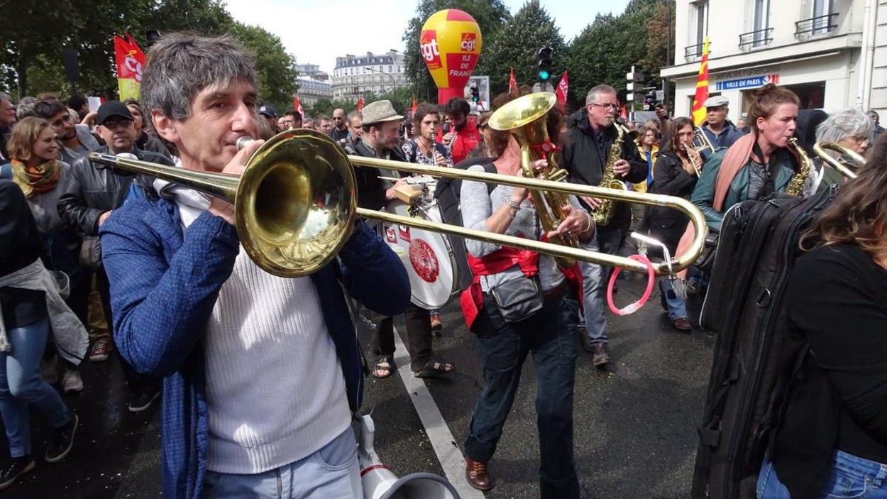Un joueur de trombone manifestant contre la réforme du Code du travail dans les rues de Paris