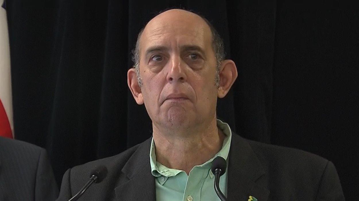 Le visage d'un homme au micro.