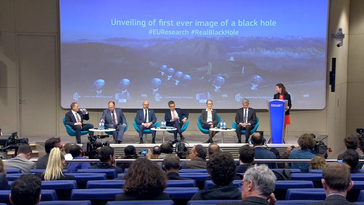 La toute première photo d'un trou noir a été présentée au monde entier lors d'une conférence de presse.
