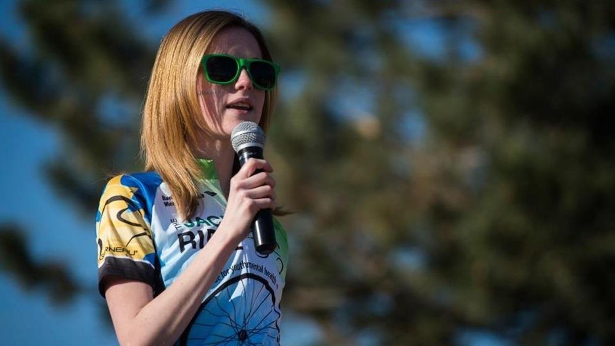 Molly Schoo parle de ce qu'elle a vécu devant un auditoire lors d'une campagne de financement pour l'organisme Jack Ride.