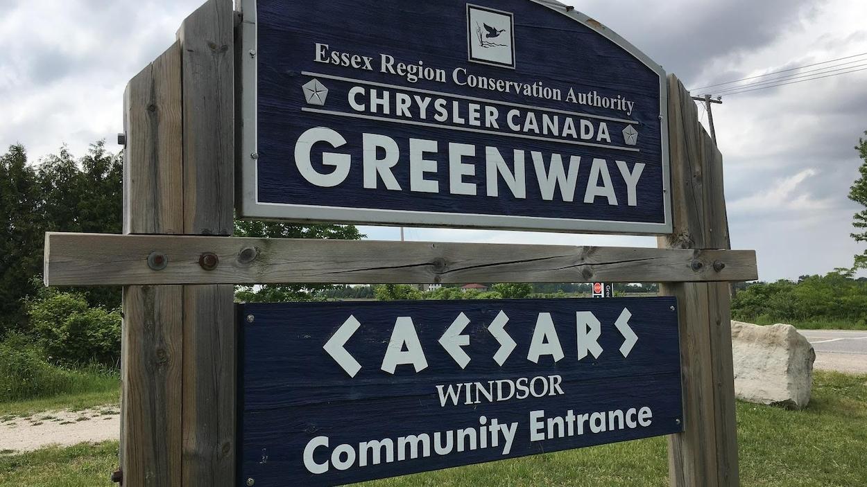 Est inscrit en anglais : Essex Region Conservation Authority, Chrysler Canada Greenway, Caesars Windsor Community Entrance.