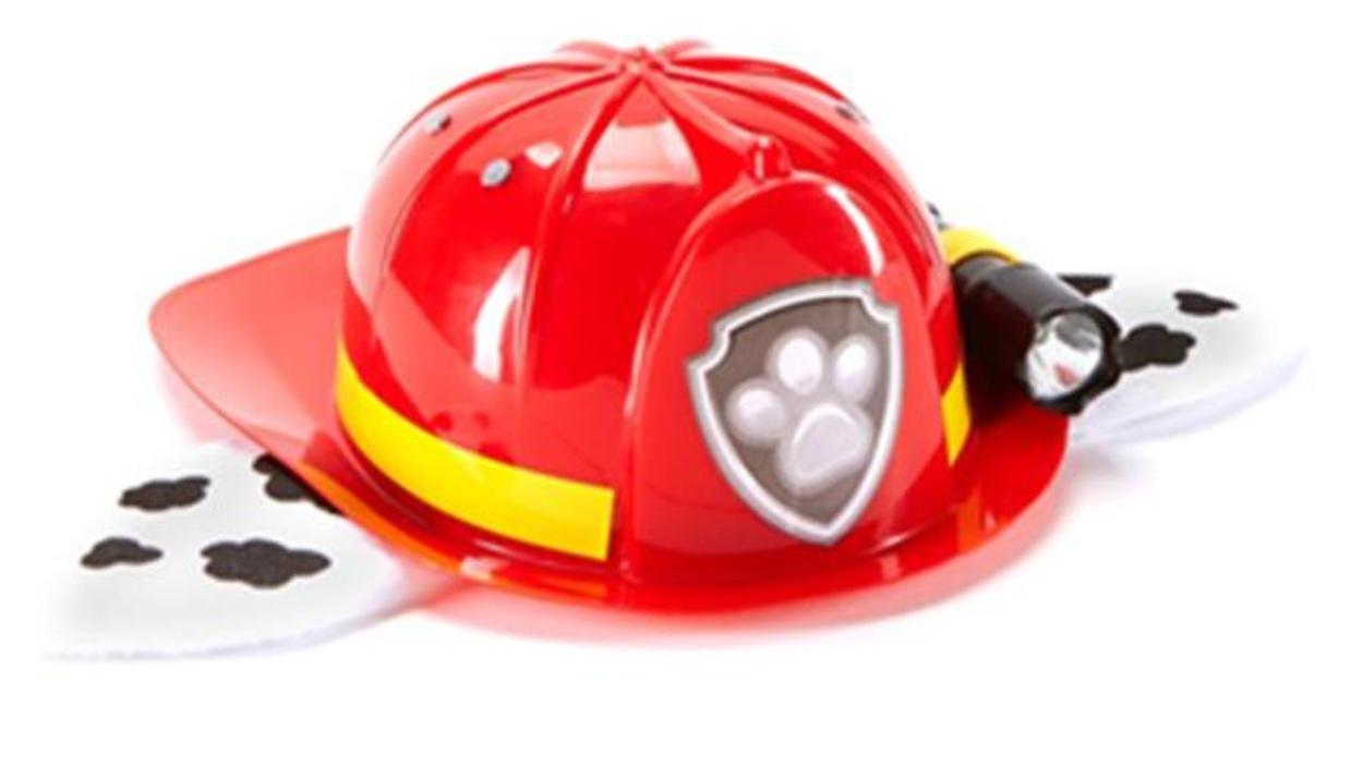 Les casques de pompiers sont de couleur rouge, munis d'un ruban jaune, de répliques d'oreilles de chien et d'une lampe de poche.