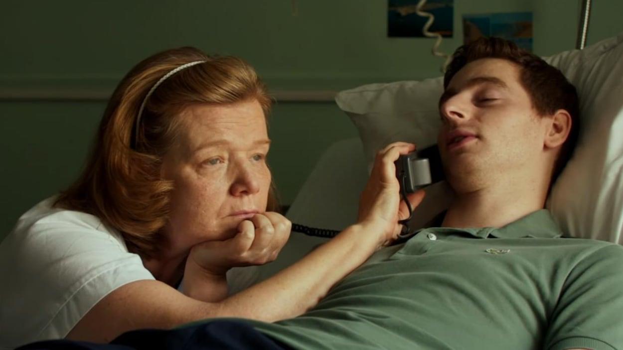 Ben (Pablo Pauly) avec une infirmière qui tient le téléphone.