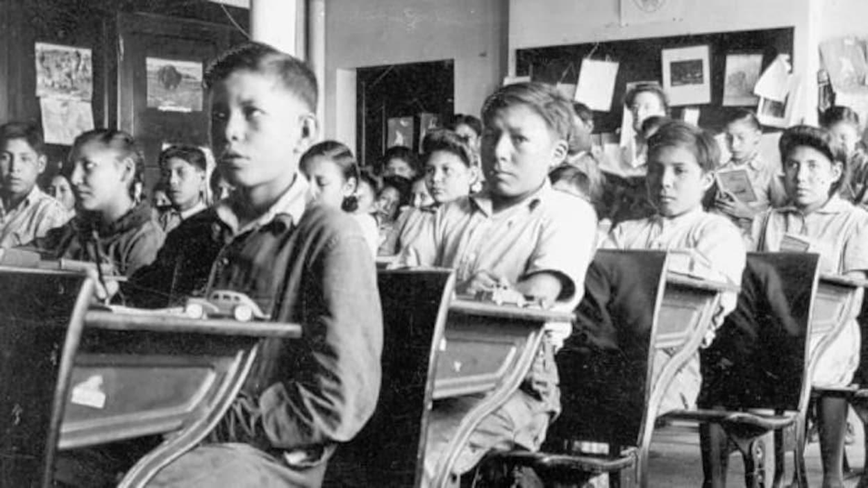 Une photo d'archive des élèves des pensionnats autochtones dans une salle de classe.
