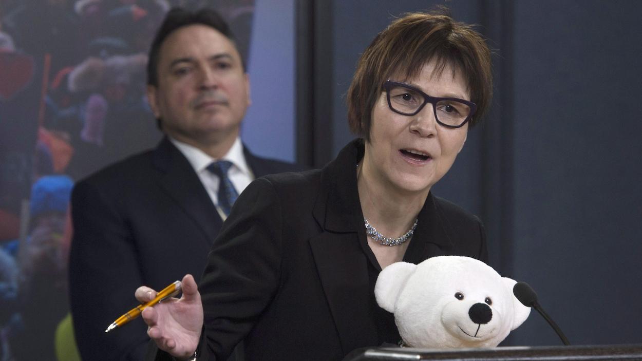 Cindy Blackstock, directrice générale de la Société de soutien à l'enfance et à la famille des Premières Nations, devant Perry Bellegarde, chef national de l'Assemblée des Premières Nations.