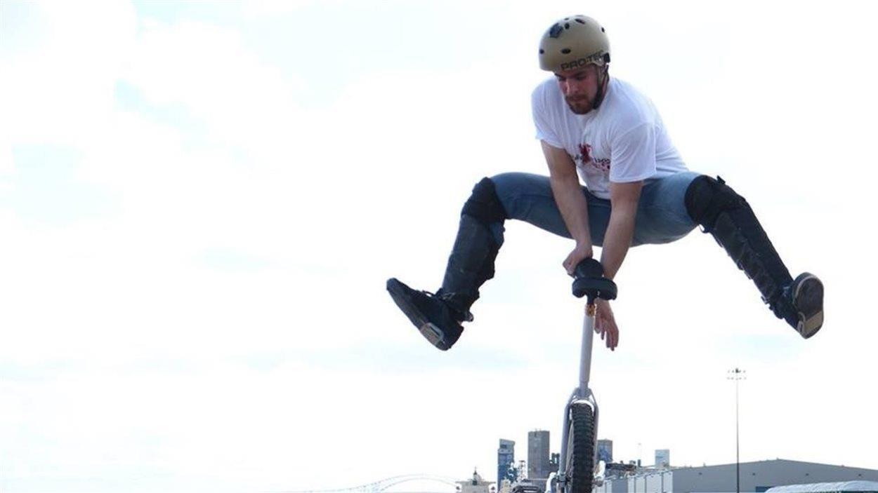 Pierre-Olivier Hudon pris sur le vif pendant un saut exécuté avec son monocycle au port de Trois-Rivières.