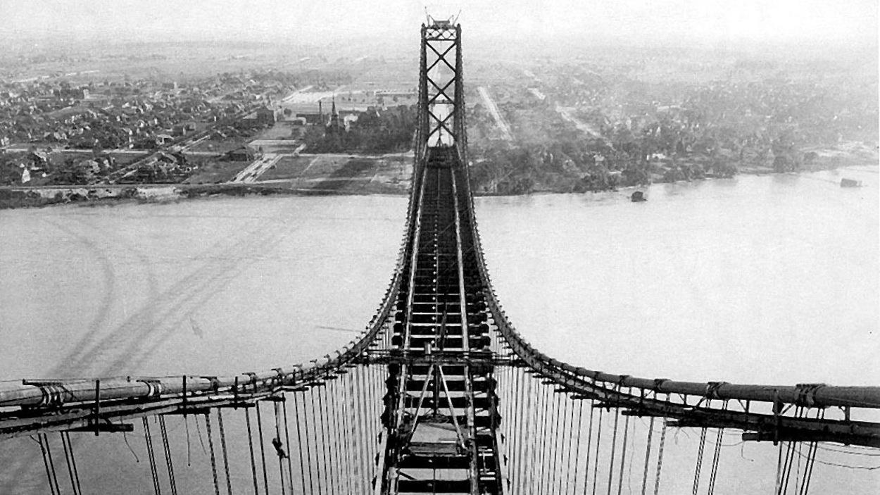 Vue du ciel, un pont en cours de construction