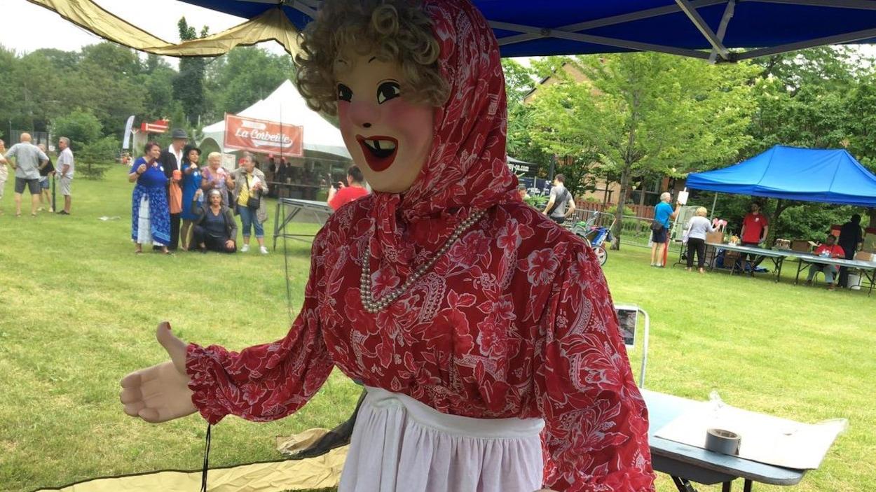Une poupée représentant «la grosse femme qui rit».