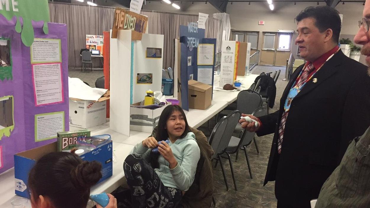 Le chef de la FSIN, Bobby Cameron, rencontre deux élèves participant à l'Expo-sciences.