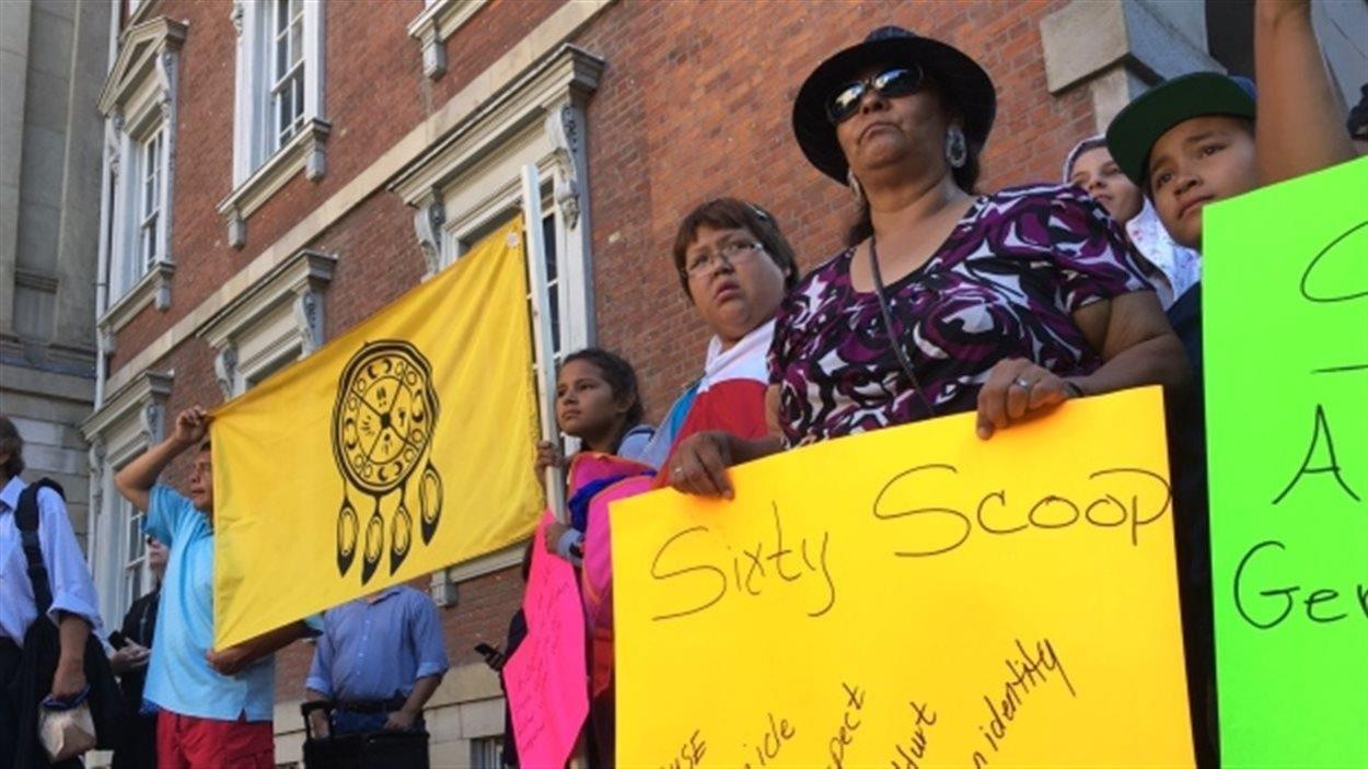 Des manifestants venus appuyer, en août 2016, le recours collectif contre le gouvernement fédéral pour son rôle dans la Rafle des années 1960
