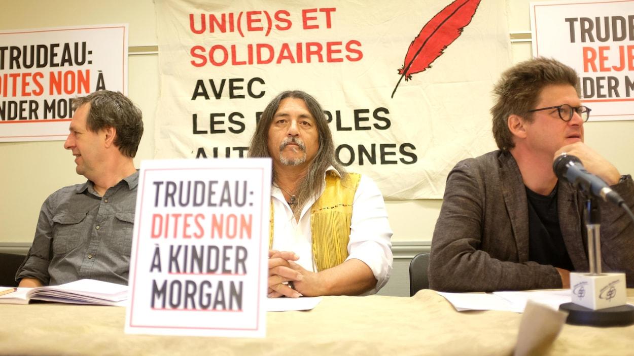 Le professeur Éric Pineau, le chef Serge Simon et l'auteur Dominic Champagne au point de presse