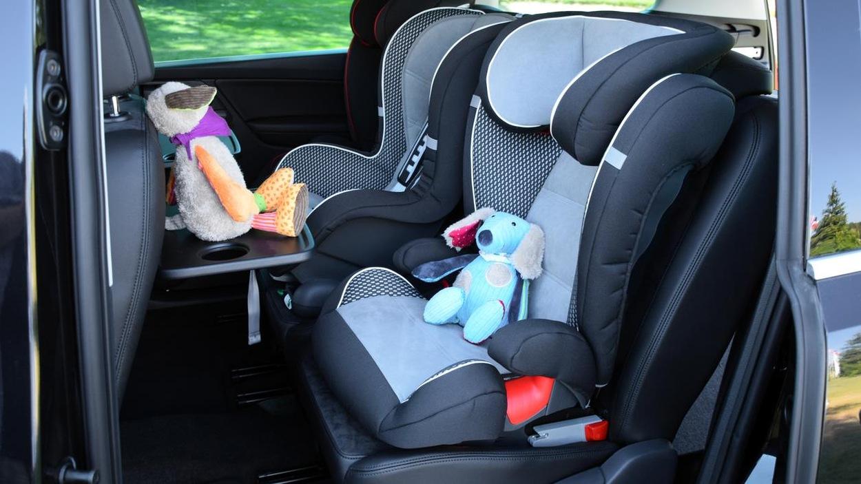 Des sièges pour enfant installés dans une voiture.